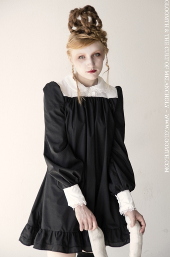 smock dress with round collar and lace gloomth